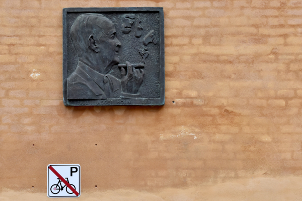 Gul væg med mindetavle