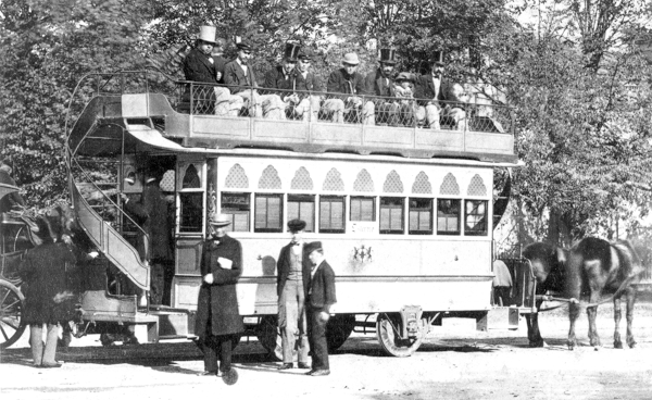 Hestetrukken sporvogn i to etager. Den øverste etage er åben