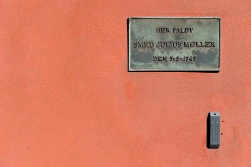 Mindetavle på orange væg