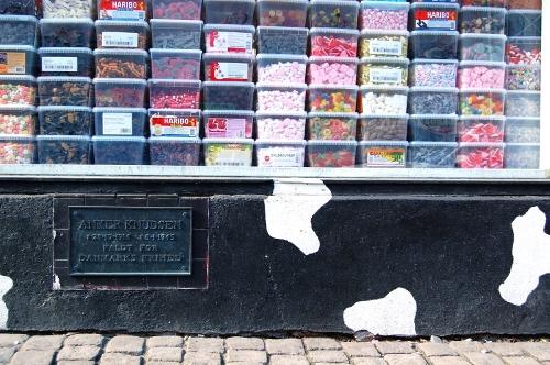 Mindetavle undre butiksvindue fyldt med slik i gennemsigtige kasser