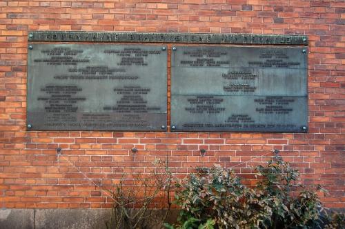 Store mindetavle på rød murstensmur
