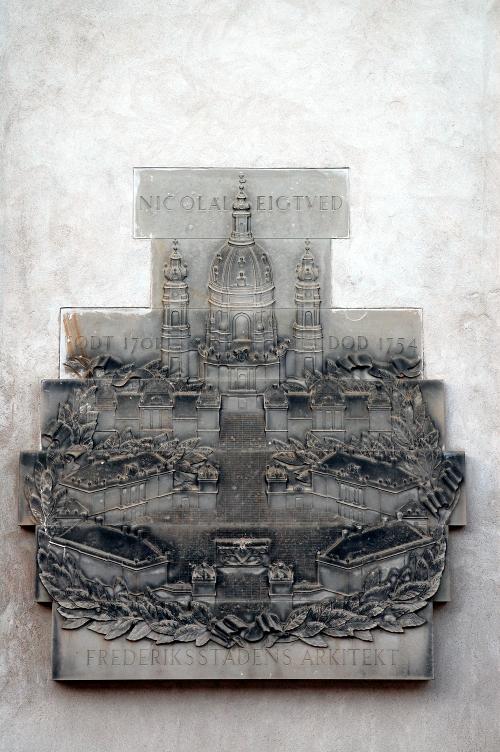 Mindetavle der viser Amalienborg og Frederiks Kirke