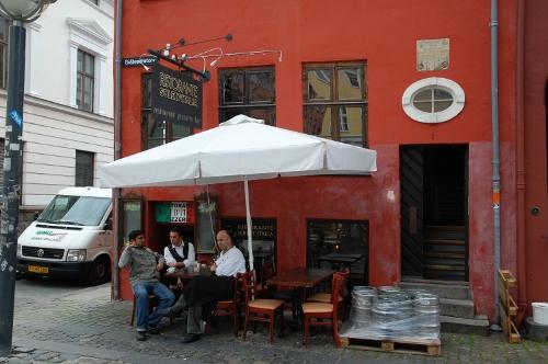 Mindetavle på rød mur. Opsat over dør. I dag er der restaurant i bygningen