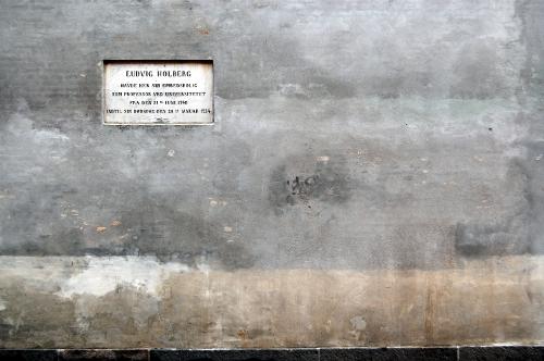 Mindetavle på grå mur