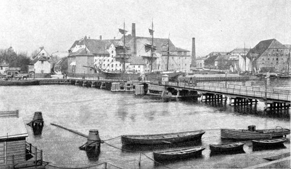 View over havnen med træbro og træskibe