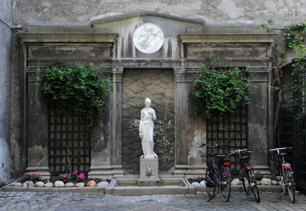 Skulptur af gudinden Hebe foran et tempel - i en københavnsk baggård