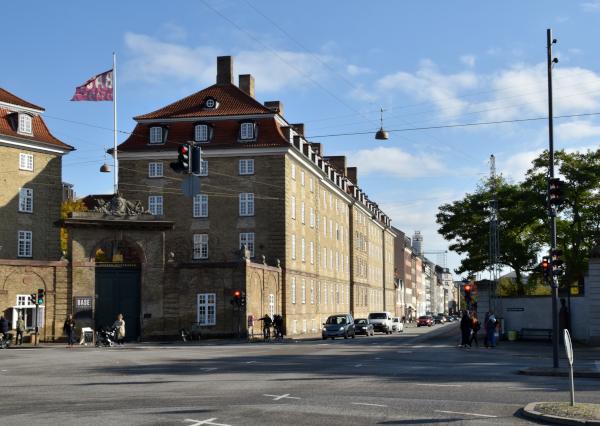 Sølvgadens Kaserne. Til højre ses indgangen til Kongens Have