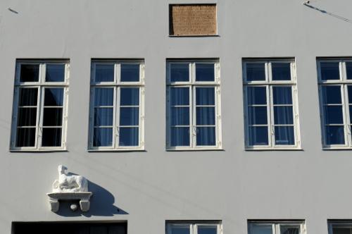 Mindetavle placeret over 1. sals vinduer