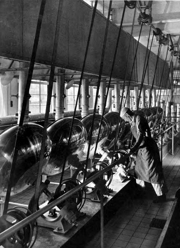 Række af maskiner der får kraft ovenfra via remme