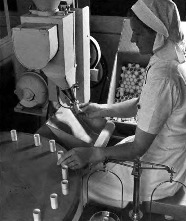 Kvindelig arbejder ved en maskine