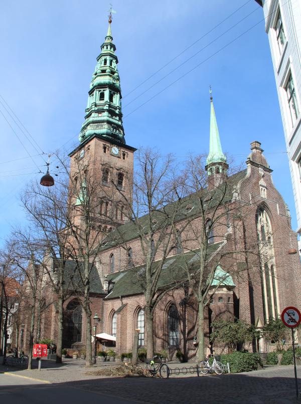 Nikolaj Kirke på en solskinsdag