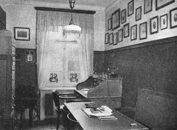 Kontor med skrivepult og et mindre mødebord