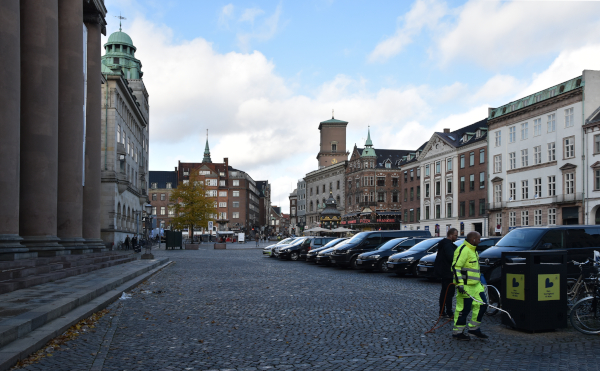 Farvefoto af Nytorv med parkerede biler og et par enkelte mennesker