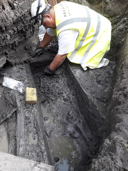 Arkæolog i gang med at udgrave skeletter