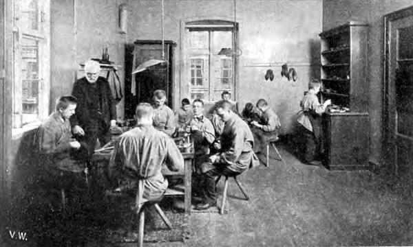 Arbejdsrum med siddende elever og en underviser