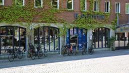foto af blågårdens bibliotek på en solskinsdag set fra blågårds plads