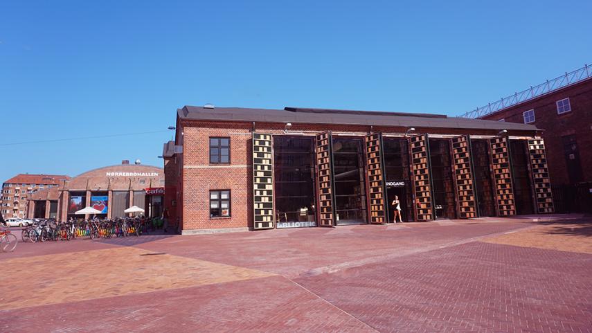 Foto af Nørrebro Bibliotek, taget fra Nørrebrogade