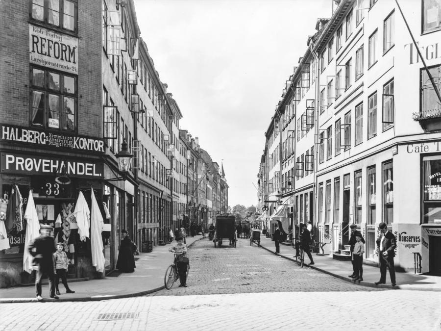Skt. Pederstræde mod Vestervold, ca.1887 – 1918. Fotograf: Johannes Hauerslev, Københavns Museum