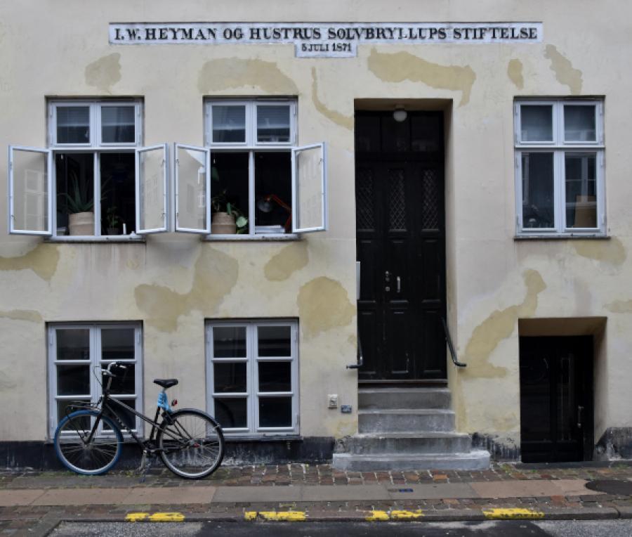 Indgangsparti til nr. 8 med tekst over døren