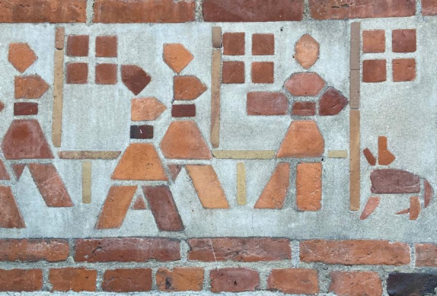 Indmarch med flag, tegnet med mursten