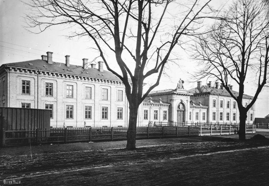 Sort hvid foto af hospitalsbygning