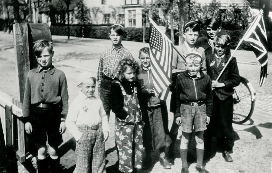 Sort hvid foto af børn på en gade med flag