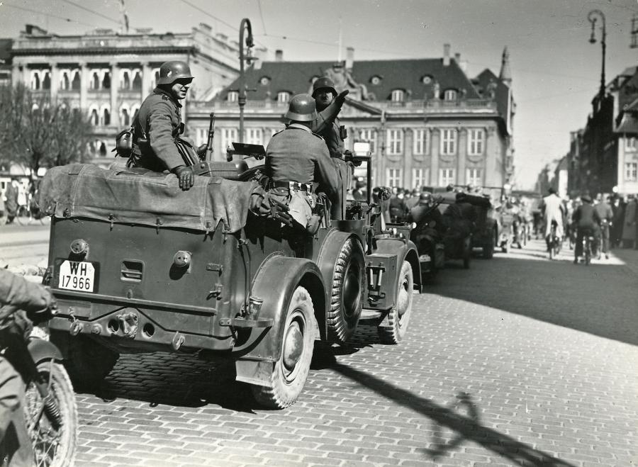 Soldater kører i jeep