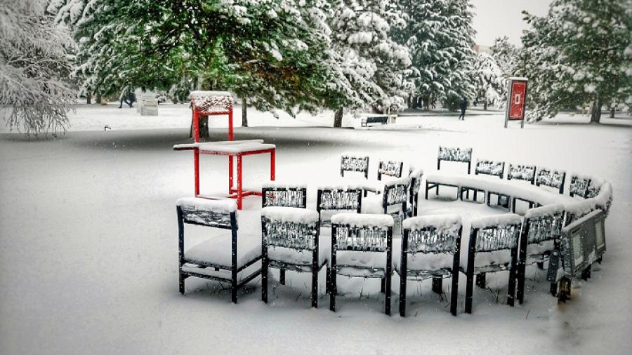 Billede af stole i sne