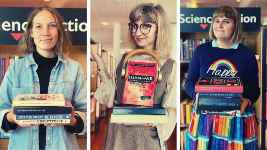 Tre bibliotekarer holder hver en bunke med science fiction bøger som er omtalt i artiklen