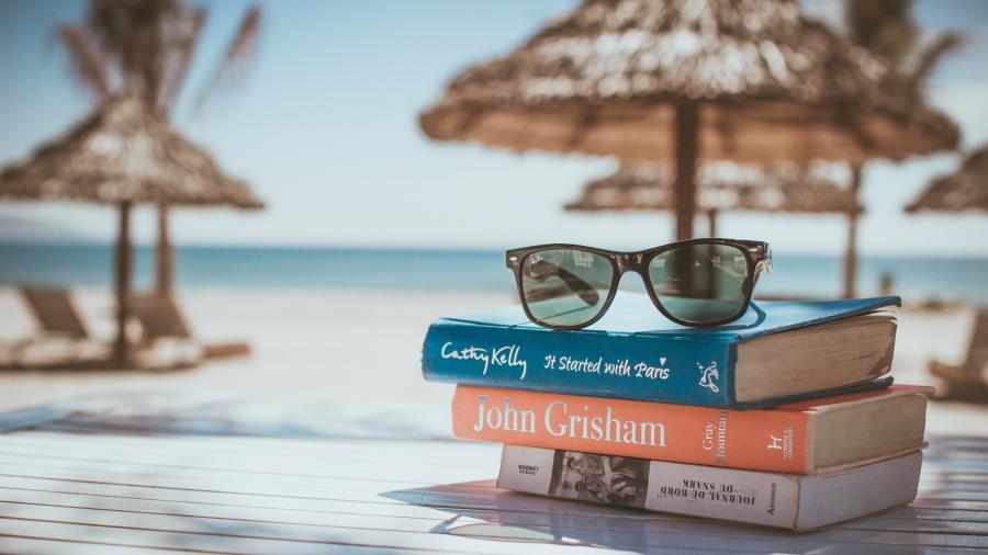 Bøger med solbriller på strand
