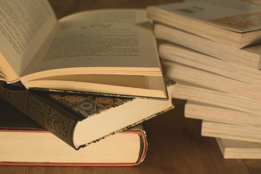 Stakke af bøger
