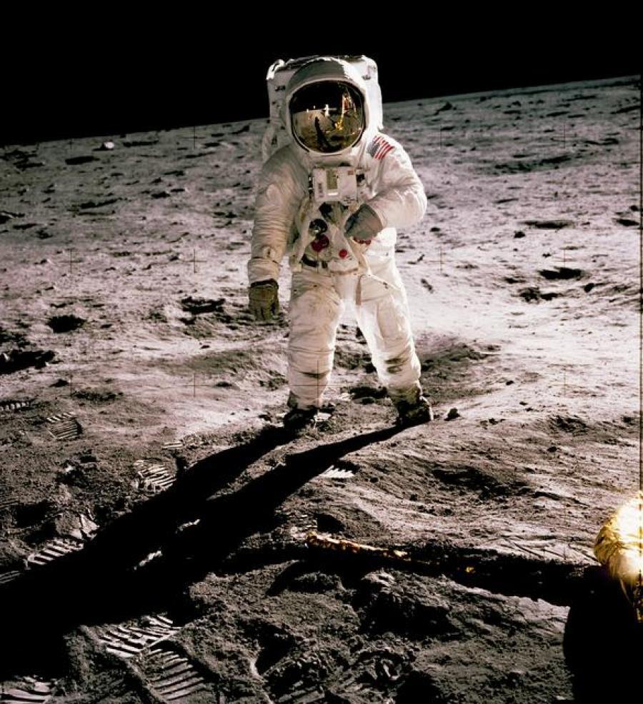 Foto fra NASA af Edwin Aldrin på månen 1969. Hvis du ser godt efter, så kan du se Neil Armstrong i spejlbilledet på rumhjelmen.
